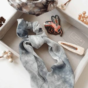 Haarreif Samt Batik Alles Interior Boho Scandi Look anitimadeforyou Concept Store Langenfeld Trockenblumen, Trockenblumen Kränze, Workshops, Schmuck