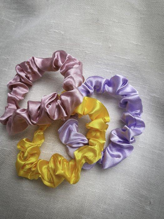 Mini Scrunchies Pastell Flieder Gelb Rosa Alles Interior Boho Scandi Look anitimadeforyou Concept Store Langenfeld Trockenblumen, Trockenblumen Kränze, Workshops, Schmuck