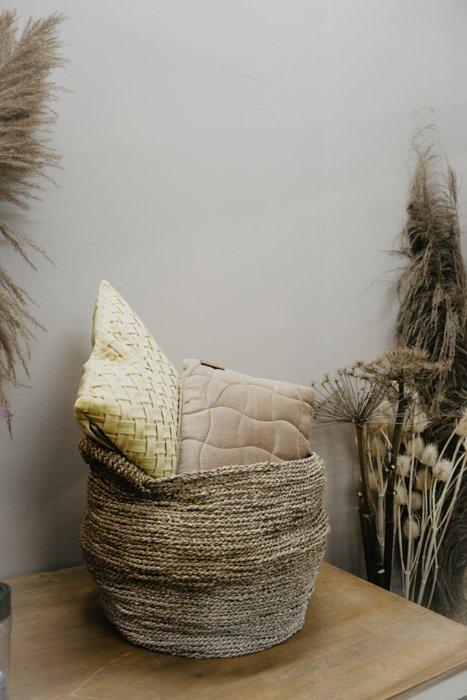 Kissen länglich taupe Kissen Interior Boho Scandi Look anitimadeforyou Concept Store Langenfeld Trockenblumen, Trockenblumen Kränze, Workshops, Schmuck
