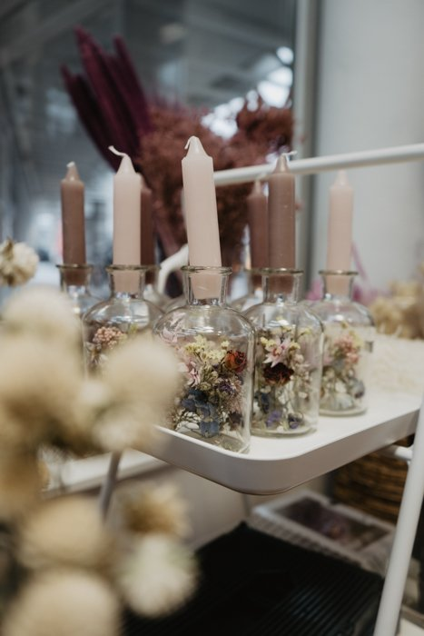 Trockenblumen mit Kerzen