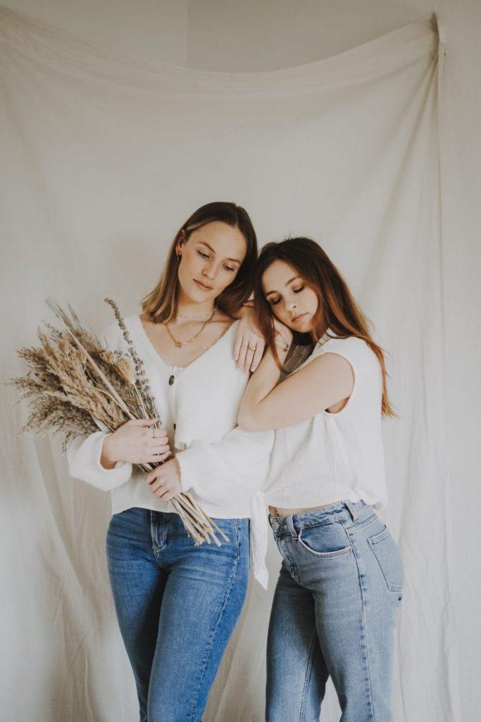 Anitimadeforyou Zwei Frauen mit Trockenblumen