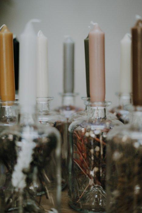 Kerzenständer mit Trockenblumen – verschiedene Farben Alles Interior Boho Scandi Look anitimadeforyou Concept Store Langenfeld Trockenblumen, Trockenblumen Kränze, Workshops, Schmuck