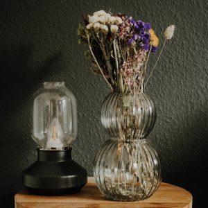 Trockenblumen bunt in transparenter Vase