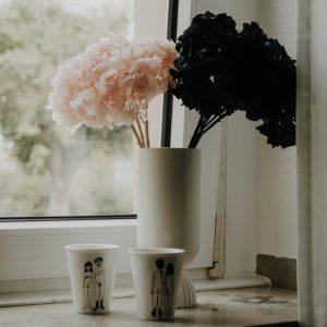 Trockenblumen in weißer Vase mit Bechern