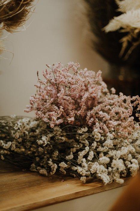Getrocknete Reisblume Rosa Weiß Alles Interior Boho Scandi Look anitimadeforyou Concept Store Langenfeld Trockenblumen, Trockenblumen Kränze, Workshops, Schmuck